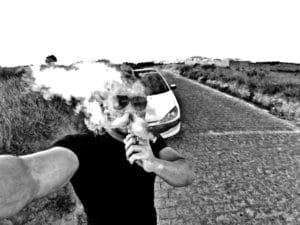Le vapotage fait de plus en plus d'adeptes à travers le monde (photo d'un vapoteur, un utilisateur de cigarette électronique à Madagascar)