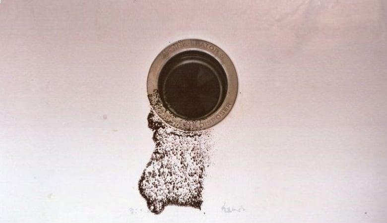 Comment déboucher un évier avec du marc de café?